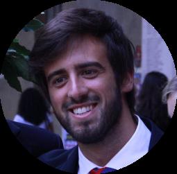 """Tommaso Manfredi. Da grande vorrà diventare uno psicoterapeuta. Canta nei """"Sibiconsoni"""". Ama follemente il gelato al pistacchio. Fondatore del Polo Positivo."""