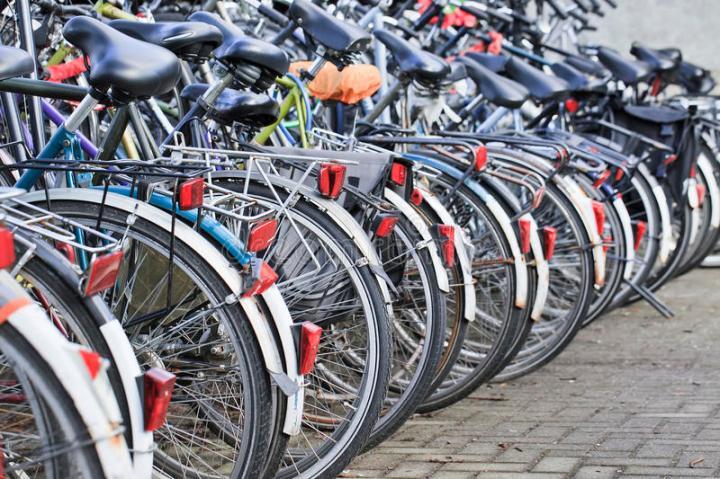 biciclette-parcheggiate-fila-amsterdam-paesi-bassi-92232251